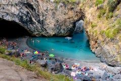 Arcomagno strand i calabria Italien med den naturliga bågen arkivfoto