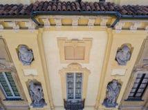 Arconati别墅、雕象窗口和阳台的细节 别墅Arconati, Castellazzo,博拉泰,米兰,意大利 鸟瞰图 免版税图库摄影
