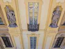 Arconati别墅、雕象窗口和阳台的细节 别墅Arconati, Castellazzo,博拉泰,米兰,意大利 鸟瞰图 免版税库存图片