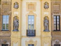 Arconati别墅、雕象窗口和阳台的细节 别墅Arconati, Castellazzo,博拉泰,米兰,意大利 鸟瞰图 免版税库存照片