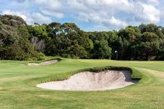 Arcones de la arena delante del putting green en el campo de golf imagen de archivo