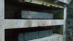 Arcones y cajas viejas de munición almacen de video