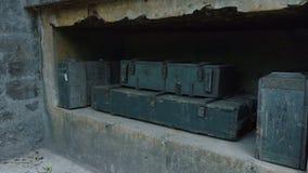 Arcones y cajas viejas de munición almacen de metraje de vídeo