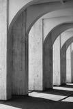 Arcos blancos y negros con las sombras Foto de archivo libre de regalías