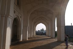 Arcos brancos da mesquita Fotos de Stock