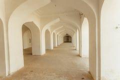 Arcos brancos na casa indiana com corredor longo para dentro Construção velha na Índia fotos de stock