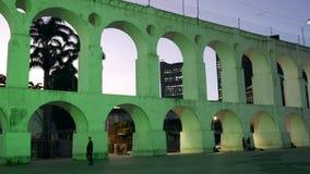 arcos coloniales del siglo XIX de Lapa, Rio de Janeiro, el Brasil en la noche metrajes