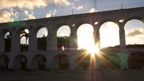 Arcos coloniales del siglo XIX hechos excursionismo rayos solares de Lapa, Rio de Janeiro, el Brasil almacen de video