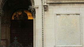 Arcos con los iconos, tablero de mármol con el texto grabado, modelando, iglesia de la catedral metrajes