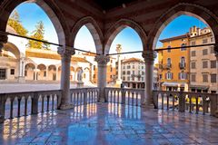 Arcos cuadrados italianos antiguos y arquitectura en la ciudad de Udine Imagen de archivo