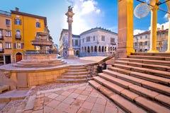 Arcos cuadrados italianos antiguos y arquitectura en la ciudad de Udine Fotos de archivo