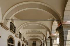Arcos da arcada na câmara municipal clássica, Aosta, Itália fotos de stock