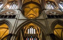Arcos da catedral de Salisbúria no coro A imagens de stock royalty free