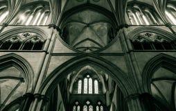Arcos da catedral de Salisbúria no coro B fotografia de stock
