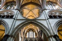 Arcos da catedral de Salisbúria no coro C fotos de stock