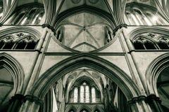 Arcos da catedral de Salisbúria no coro D foto de stock