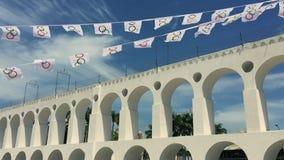 Arcos da Lapa сгабривает флаги Рио-де-Жанейро олимпийские видеоматериал