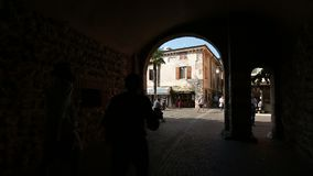 Arcos da silhueta que negligenciam a rua vídeos de arquivo