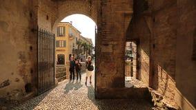 Arcos da silhueta que negligenciam a rua video estoque