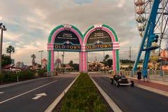 Arcos de Colofur, Ferris Wheel e carro do vintage na cidade velha na área de Kissimmee foto de stock royalty free