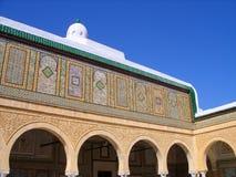 Arcos de Kairouan y mosaicos de la pared de la fayenza Foto de archivo libre de regalías
