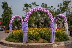 Arcos de la flor de la boda en el jardín de las flores del mundo adentro Fotografía de archivo