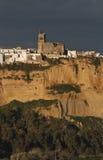 Arcos de la Frontera in Avondlicht met Donkere Wolken royalty-vrije stock foto's