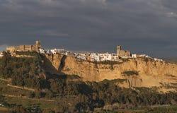 Arcos de la Frontera i aftonljus med mörka moln Royaltyfria Bilder
