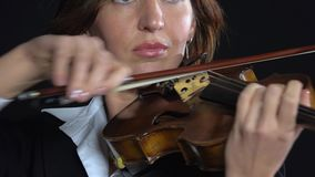 Arcos de la mujer sobre las secuencias de un violín Fondo negro Cierre para arriba metrajes