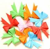 Arcos de la papiroflexia del papel coloreado para el día de fiesta Imagen de archivo libre de regalías