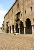 Arcos de Mantovan y coche moderno Imagenes de archivo