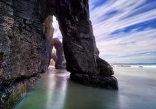 Arcos de pedra bonitos em Playa de las Catedrales, Spai Imagens de Stock Royalty Free