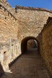 Arcos de pedra velhos bonitos na vila antiga espanhola, amigos, em Costa Brava Imagem de Stock