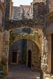 Arcos de pedra velhos bonitos na vila antiga espanhola, amigos, em Costa Brava Imagens de Stock