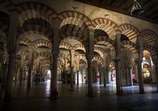 Arcos de pedra vermelhos e brancos na mesquita-catedral de Córdova na Andaluzia Fotos de Stock Royalty Free