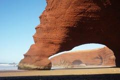 Arcos de piedra en la playa de Legzira Imágenes de archivo libres de regalías