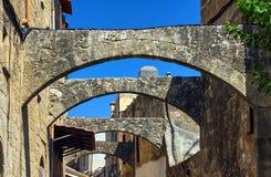 Arcos de piedra en una calle estrecha en la ciudad de Rodas Foto de archivo libre de regalías