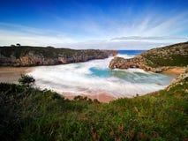 Arcos de piedra hermosos en Playa de las Cuevas Del Mar, Cantabria Fotografía de archivo