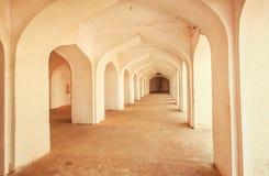 Arcos de piedra viejos dentro del palacio antiguo en la India Fotos de archivo