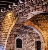 Arcos de piedra viejos en Barcelona Imágenes de archivo libres de regalías