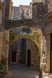Arcos de piedra viejos hermosos en pueblo antiguo español, Pals, en Costa Brava Imagenes de archivo