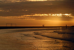 Arcos del fútbol en la playa en la oscuridad Fotografía de archivo