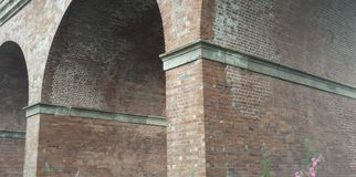 Arcos del ladrillo de un viaducto ferroviario fotos de archivo