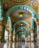 Arcos del lugar de Mysore y colorear interiores del alboroto imagenes de archivo