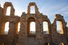 Arcos do Amphitheatre do EL Djem com por do sol foto de stock