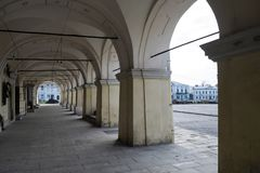 Arcos do patamar de uma construção velha na praça da cidade fotos de stock royalty free