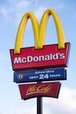 Arcos dourados e McCafe do restaurante de McDonalds Fotografia de Stock