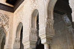Arcos e colunas decorados no Alhabra Imagem de Stock Royalty Free