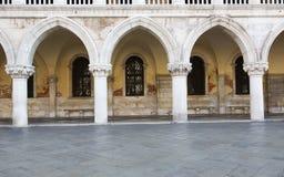 Arcos e colunas, palácio do doge fotos de stock