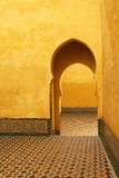 Arcos e pátios islâmicos amarelos brilhantes em Meknes, Marrocos Fotografia de Stock Royalty Free